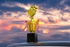 反对蓝天的金黄星奖 免版税库存图片