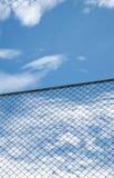 反对蓝天的钢净篱芭 库存图片