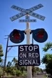 反对蓝天的铁路交叉标志 免版税库存照片