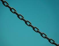 反对蓝天的链子 免版税库存图片