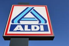 反对蓝天的阿尔迪标志 库存图片