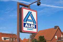 反对蓝天的阿尔迪标志 免版税库存照片