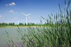反对蓝天的风车 免版税库存图片