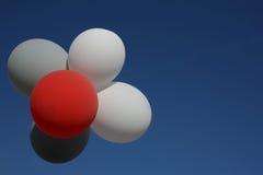 反对蓝天的飞行的五颜六色的气球 气球多彩多姿的诗歌选  街道节日的美丽的装饰 Symboli 库存图片