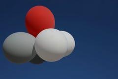 反对蓝天的飞行的五颜六色的气球 气球多彩多姿的诗歌选  街道节日的美丽的装饰 Symboli 免版税库存图片