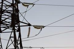 反对蓝天的高压塔 高压electrica 库存照片