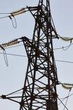 反对蓝天的高压塔 高压electrica 免版税库存照片