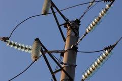 反对蓝天的高压塔 高压electrica 库存图片
