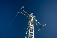 反对蓝天的高压输电线 图库摄影