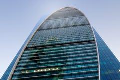 反对蓝天的高层办公大楼 库存图片