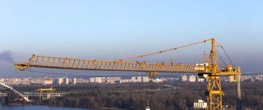 反对蓝天的黄色工业建筑用起重机 库存图片