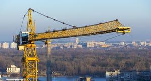 反对蓝天的黄色工业建筑用起重机 免版税库存照片