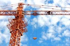 反对蓝天的建筑用起重机 免版税库存图片