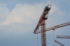 反对蓝天的黄色俯仰运动三角帆塔吊 库存图片