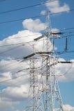 反对蓝天的主输电线 免版税库存图片