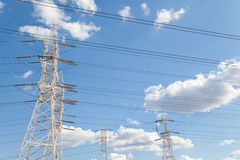 反对蓝天的主输电线 库存图片
