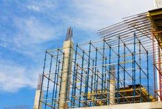 反对蓝天的建造场所与云彩 免版税库存图片