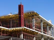 反对蓝天的建造场所 免版税库存照片