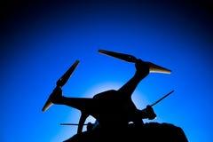 反对蓝天的Quadrocopter幽灵4在阳光下 背后照明 Dron是一个创新飞行机器人 免版税图库摄影