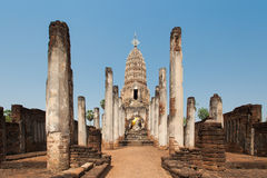 反对蓝天的Sukhothai废墟老塔在Wat Phra Sri勒达 库存图片