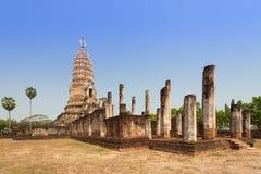 反对蓝天的Sukhothai废墟老塔在Wat Phra Sri勒达 免版税库存照片