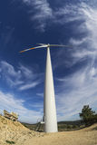反对蓝天的Windturbine 库存照片