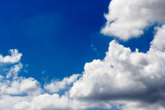 反对蓝天背景和空的空间的软的白色云彩 免版税库存照片