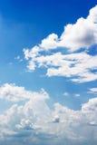反对蓝天背景和空的空间fo的软的白色云彩 免版税库存照片
