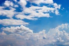 反对蓝天背景和空的空间fo的软的白色云彩 免版税库存图片