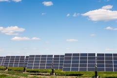 反对蓝天背景的太阳电池板 库存图片
