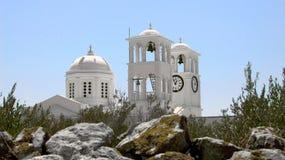 反对蓝天背景的白色教会 库存照片