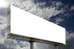 反对蓝天背景的空白的大广告牌,您的广告的,在船上投入了您自己的文本这里,孤立白色 免版税库存图片