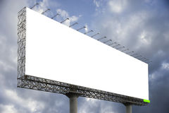 反对蓝天背景的空白的大广告牌,您的广告的,在船上投入了您自己的文本这里,孤立白色 免版税库存照片