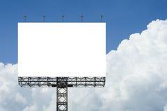 反对蓝天背景的空白的大广告牌 对于您的广告,投入您自己的文本这里 孤立白色在船上 裁减路线 免版税库存照片