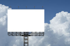 反对蓝天背景的空白的大广告牌 对于您的广告,投入您自己的文本这里 孤立白色在船上 裁减路线 免版税库存图片