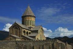 反对蓝天背景的Svetitskhoveli大教堂 免版税库存图片