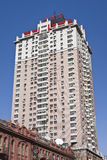 反对蓝天,哈尔滨,中国的高公寓 库存图片
