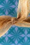 反对蓝色和绿色设计的大麻弓 免版税库存图片
