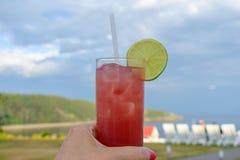 反对蓝色夏天天空的五颜六色的饮料 库存图片