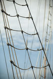 反对蓝色夏天天空的游艇帆柱 乘快艇 库存图片