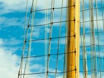 反对蓝色夏天天空的游艇帆柱 乘快艇 免版税库存照片