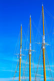 反对蓝色夏天天空的游艇帆柱 免版税图库摄影