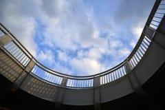反对蓝色多云天空的具体桥梁 图库摄影
