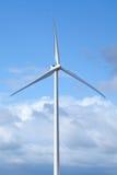 反对蓝色多云天空的现代风车 免版税库存图片