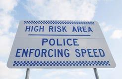 反对蓝色多云天空的蓝色和白色公路安全标志 免版税库存照片