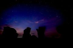 反对蓝色日出的剪影石头 免版税图库摄影