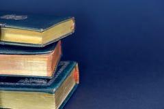 反对蓝色背景的古老圣经 免版税库存图片