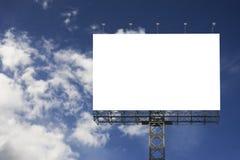 反对被弄脏的蓝天背景的空白的大广告牌,您的广告的,在船上投入了您自己的文本这里,孤立白色 免版税库存图片