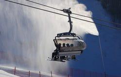 反对被雾化的人为雪的滑雪电缆车 免版税库存图片