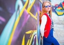 反对被绘的wall.urban样式的女孩 图库摄影